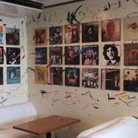 モンキーモカ コーヒープラスモア - 壁一面にLPレコードジャケット