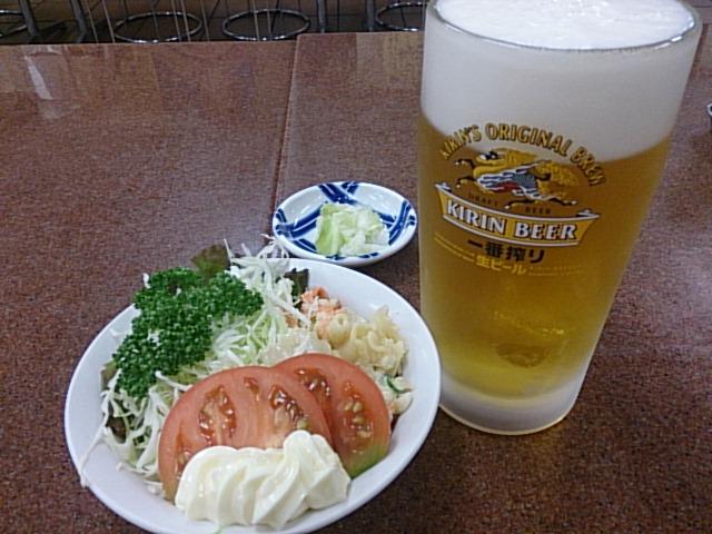 三ちゃん食堂 - マカロニサラダとビール