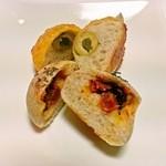 ホッペパン - オリーブの実と プチトマト