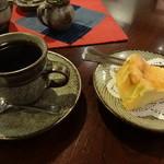 喫茶 美術館 - ホットコーヒーとチーズケーキ