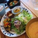 ユナイテッドカフェ - Plate 鶏肉とキャベツのビール煮込み、冷製クリーミートマトスープなど