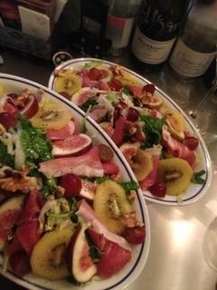 喃喃 - 生ハムとフルーツの葉野菜サラダ