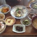CAZIカフェ - 色々おかず定食1400円。メインは魚のカルパッチョ。ごま油の風味がきいてて美味しい。