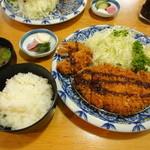 ふみぜん - ロースカツ定食 1,730円 左に友人が分けてくれたヒレカツが2切れあります。