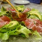 ワカヤマ - アボカドと生ハムの野菜サラダ\750