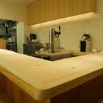 コウジイガラシ オゥレギューム - ひのきの一枚板のカウンターはお寿司屋さんのイメージ
