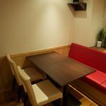 コウジイガラシ オゥレギューム - 個室のベンチシートは赤!
