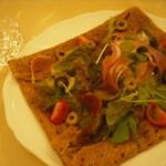 レストラン カフェ ショコラ - 生ハムとカマンベールのサラダガレット