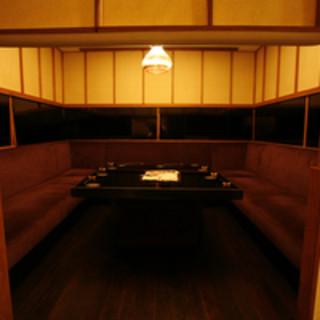 ゆったりソファータイプの個室です