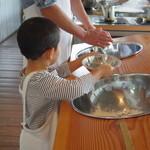 ぴょんぴょん舎冷麺工房製造販売課 - 粉をこねるところから始め!