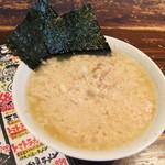 環七ラーメン 周麺 - 環七らーめん680円(鬼油) 熟成醤油ダレに自慢のスープを合わせ、切り刃16番の麺がよくからむ。際上質のA脂を大量に