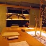 神山 - 奥はテーブル席