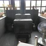 ギャラリー萌木 - 店内には暖炉が
