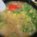 麺屋・千寿 - 麺を半分ほど食べた後、紅しょうがとすりゴマを入れます