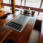湯楽亭 源泉閣 - 窓際の席からは湯畑が眺められます