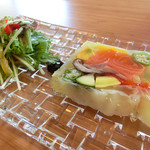 てんとうむし - 料理写真:マリネサーモンと旬の野菜をプレスしたテリーヌ