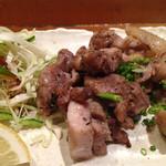 四季の味処 髭ダルマ - 地鶏の塩焼き。胸肉のたたきはイマイチでしたが、塩焼きはももだったので美味しい。