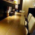 みつか坊主 - 店内はカウンター席とテーブル席があります。店内は落ち着いた雰囲気です。