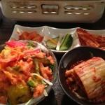 肉屋 弘商店 - サラダ小と、キムチ盛り合わせ、白菜キムチ