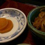 そば和食なごみ - 小鉢(切り干し大根)、漬物