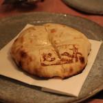 インド料理 想いの木 - しあわせ薫るチーズナン (プロボーネの薫り)