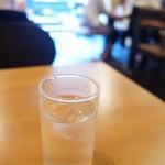 茶屋赤鰐 - 店内は、4人がけテーブルが5つ。混むと相席になります。