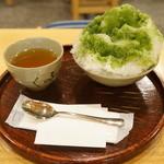 赤福茶屋 - 赤福氷(500円)。あたたかいお茶がついてきます。