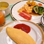 ザ クラウンパレス新阪急高知 - 新鮮なカツオのタタキ、目の前で焼いてくれるバターたっぷりチーズオムレツなど、どれも美味でした。