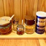 豚骨醬油ラーメン上野商店  - 卓上調味料(ニンニク、生姜、豆板醤、酢、ブラッペッパー)