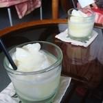 西表自然学校 シーサイドカフェ - 料理写真:パインスムージー、1人前を2つにわけてもらいました。
