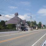 20735986 - 県道148号線沿い。駐車場はお店の前に5台ほど。JR白馬駅から徒歩10分くらい
