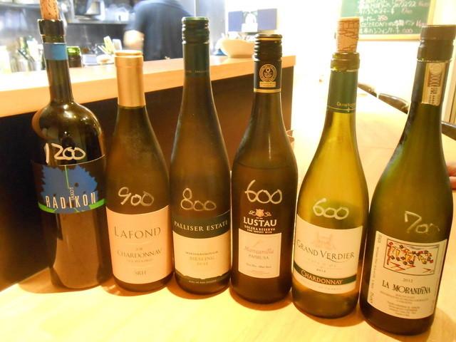 ナトワ - ランチで白ワインをお願いしたら、これだけ並べられた