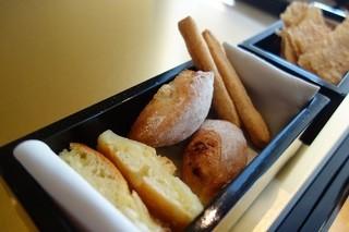アルマーニ リストランテ銀座 - パンの内容は、【グリッシーニに真ん中がベーコンのパン。 そして、ポテトのフォカッチャ】