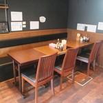 らーめん銀杏 - ソファータイプのテーブル席もあります。