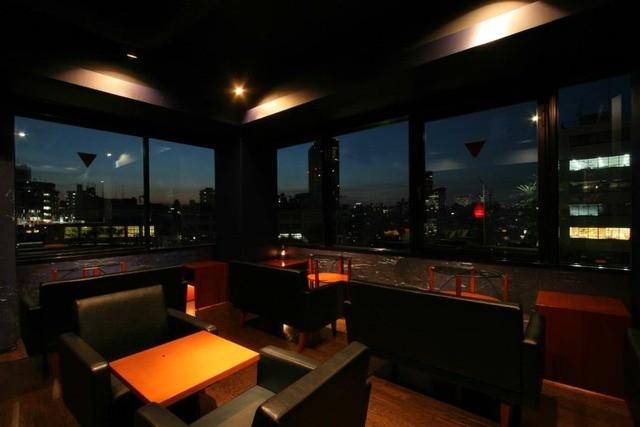 Bar Deva - 開放的な店内。