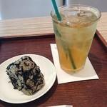 20742181 - 冷たいほうじ茶とおにぎり(しそひじき)