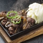 車 - 車の名物料理『地頭鶏地鶏炭火焼』宮崎の自家養鶏場から新鮮素材をご提供。身に弾力があり、噛めば噛むほど味の出る逸品。