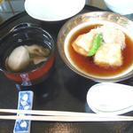 お吸い物と、 千円の揚げ出し豆腐