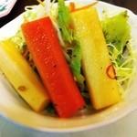20747723 - シンプルなサラダと新鮮な野菜のピクルス