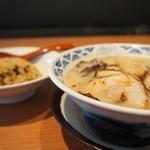 ちゃあしゅうや 亀王 - 料理写真:亀王ラーメンとチャーハンのセット850円