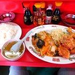 駅前飯店 - 唐揚げ定食750円 唐揚げ5個に八宝菜、あとライスとスープとキャベツの千切りです