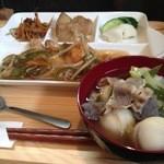 ゆるりん亭 - 炊きたてのご飯、メインのおかず、副菜、煮物、漬物、プチデザートついて700円。ご飯はお代わり自由に