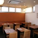 ゆば泉 - 店内では2階のゆば工房の様子をご覧いただきながらお食事・ご休憩をしていただけます。