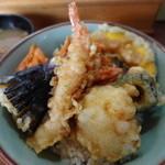 天丼の岩松 - 天丼 530円!揚げたての天ぷら、一つ一つのネタも大きく、さっぱりめの甘辛のたれもベストマッチです。