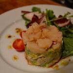 Bistro Hutte - 料理写真:ホタテとアボカドのタルタル 900円