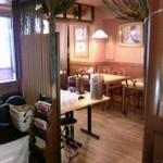 サイゴン・レストラン - 木目調の落ち着いた店内①