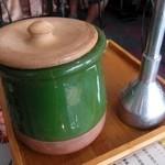 サバラン - 羊肉の煮込みが入った壺と,ディズィ専用マッシャー