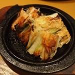 ぴょんぴょん舎 - ネギニラチヂミ 鉄板の形がリンゴ型