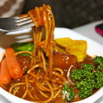 スター苑 - 牛肉の下からはパスタ麺がデミグラスパスタで美味しい!