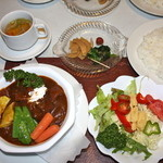 スター苑 - ビーフシチー 1300円(税抜)サラダ+小皿+スープ付き